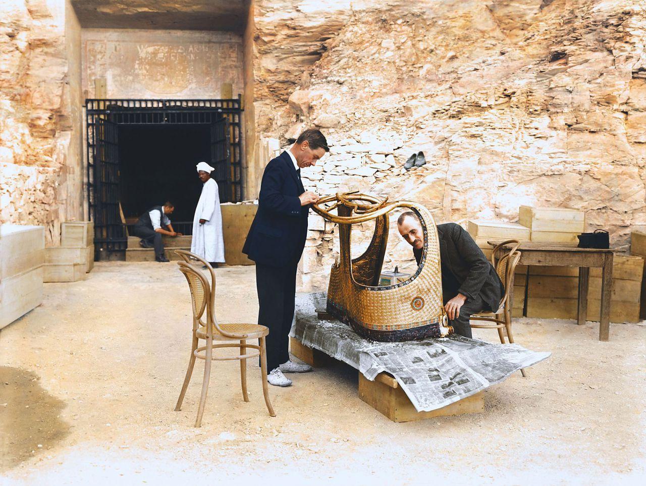 Alfred Lucas y Arthur Mace restaurando la carroza dorada de Tutankhamón.