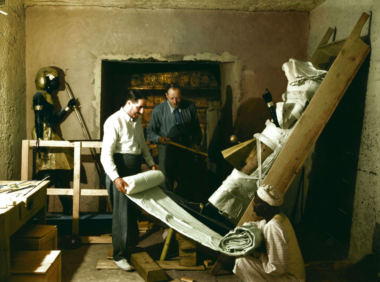 Howard Carter envolviendo una de las estatuas centinela.