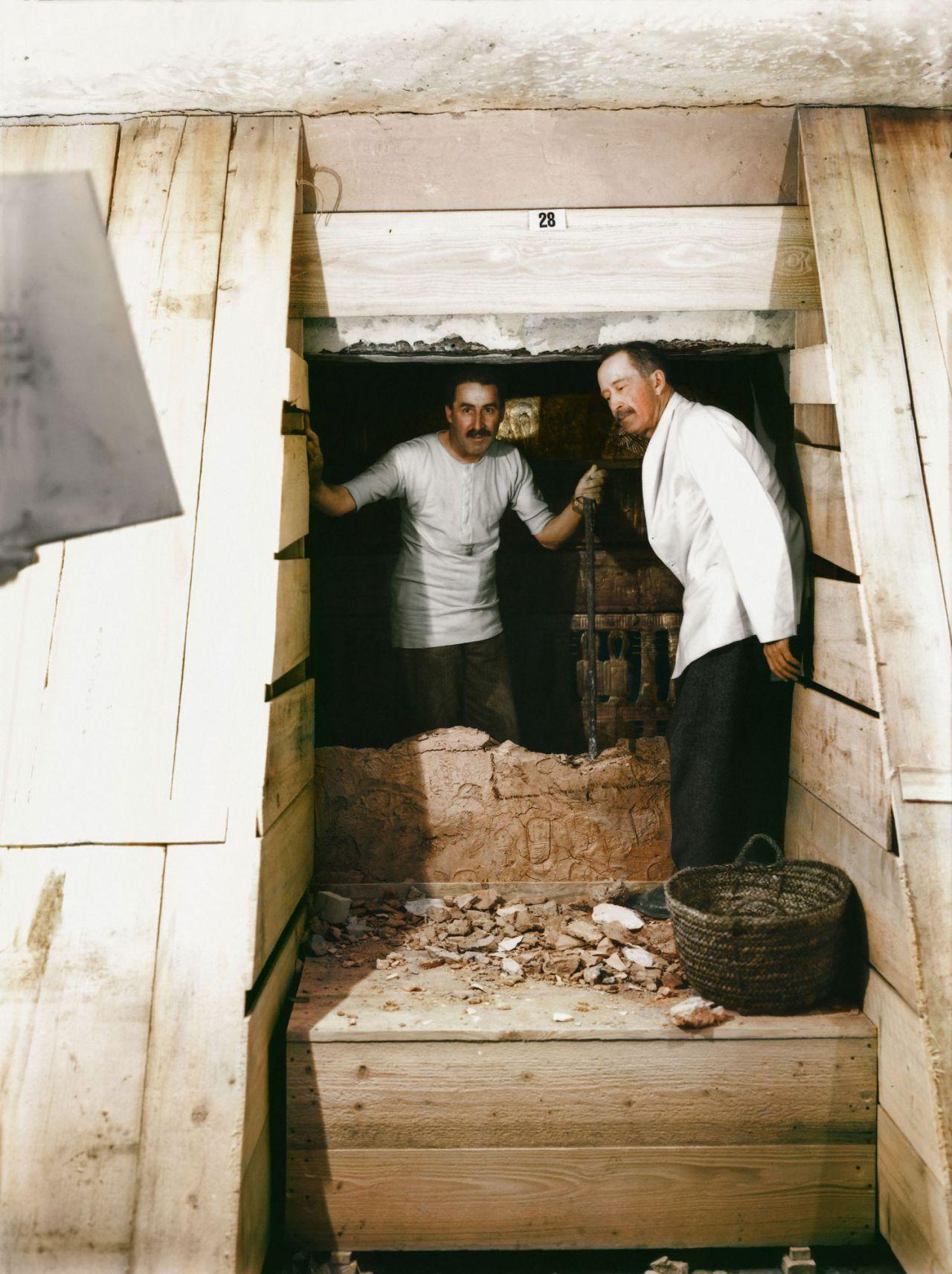 Lord Carnarvon y Howard Carter abriendo la cámara funeraria.