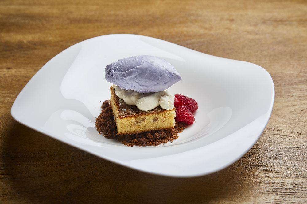 Brownie de chocolate blanco con helado de violetas.