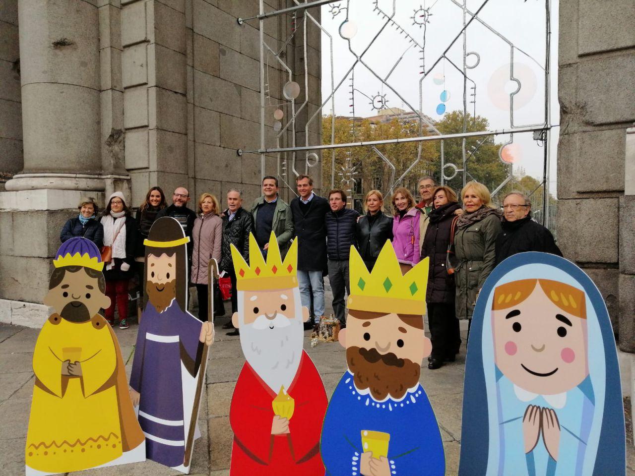 El PP volvió a la Puerta de Alcalá para invitar a los madrileños a contribuir con un Belén en este histórico punto.