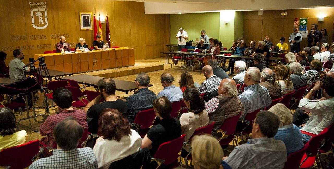 El encuentro vecinal fue un éxito de público. Entre Carmena, Murgui y Carmona dieron respuesta a cada una de las preguntas.