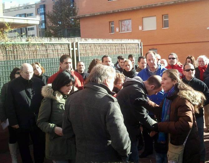Carmona -de espaldas- con los vecinos de Sanchinarro X.