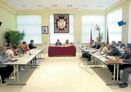 Donesteve preside el Pleno de Hortaleza con la Secretaria de la Junta. (Foto: Miguel G. Rodríguez)