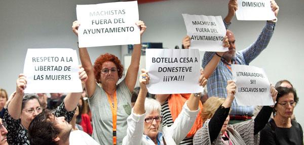 Vecinas de Hortaleza, acompañadas por la vocal socialista Emilia Lozano, pidieron la dimisión del edil en la comisión.