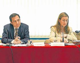 Donesteve y la Secretaria cesada, en un pleno. (Foto: Miguel G. Rodríguez)