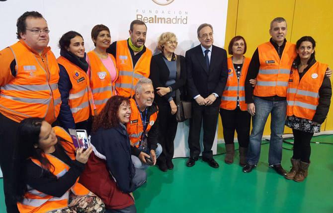 Manuela Carmena y Florentino Pérez con los voluntarios del Real Madrid.