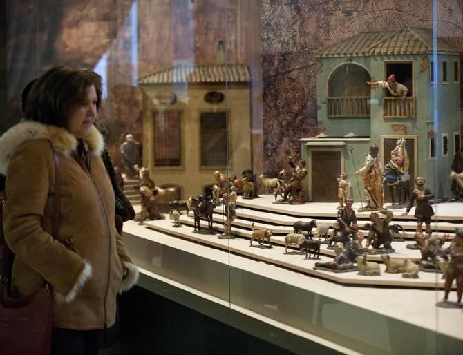 Una vecina contempla el belén expuesto en el palacio de Cibeles en años anteriores.