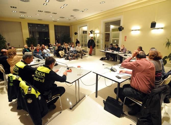 Responsables policiales y políticos en el Consejo de Seguridad de Hortaleza.