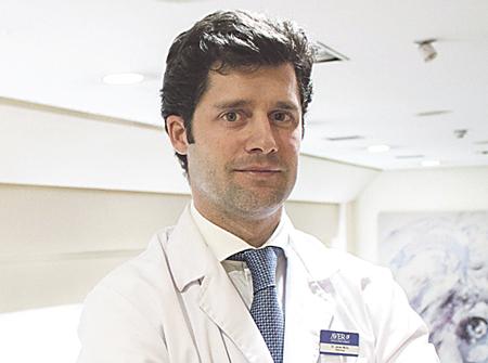 El Dr. Javier Mora de Oñate, Oftalmólogo de Clínica AVER de Madrid y especialista en cirugía estética ocular.