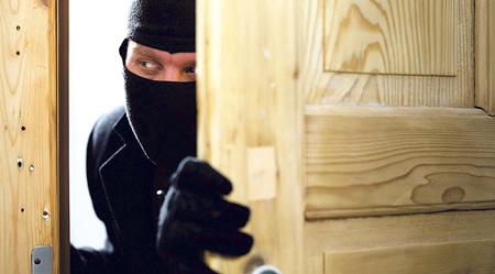 Ponte en lugar  del ladrón. Ponte en el lugar del ladrón, recorre la casa para detectar los puntos débiles, sobre todo los accesos e intenta reforzarlos para impedir o retrasar la entrada de los intrusos. Refuerza las puertas de acceso, instala una buena cerradura, instala un cerradero, revisa tus ventanas y, en general, repasa cada vía de acceso a la vivienda. Y en cualquier caso, como siempre, la mejor recomendación es acudir a un profesional.