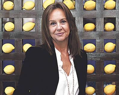 María Dueñas muestra su voz más 'varonil'