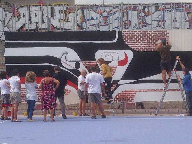 Los vecinos reproducen un mural de Arcadi Blasco para la exposición.