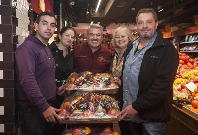 Luis Pacheco, de Gold Gourmet, e Irene García, de Gacetas Locales, entregaron las cestas a los agraciados.