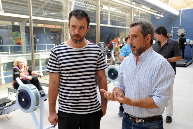 Nacho Murgui conversa con el director del polideportivo Daoíz y Velarde.