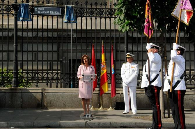 La alcaldesa en funciones, Ana Botella, descubrió la placa en honor a la Armada Española.
