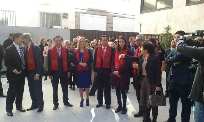 Cristina Cifuentes, en el centro, junto a la concejala Rita Maestre.