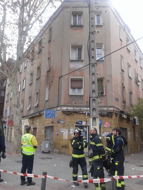 Un momento del desalojo del edificio derrumbado.