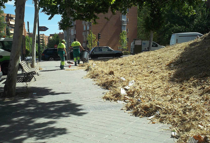 Operarios limpiando las calles de Hortaleza.