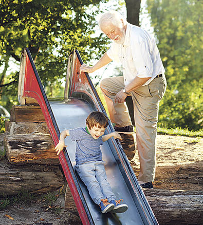 Los abuelos miman más que los padres...