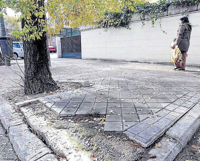 Estado de las aceras en La Piovera. (Foto: Miguel G. Rodríguez)