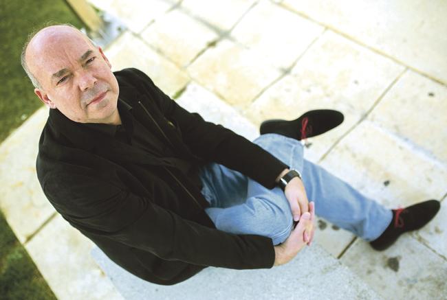 El escritor malagueño Juan Francisco Ferré, flamante ganador del último premio Herralde de novela, afirma, al hablar de su nueva obra, 'El juego del Rey', que 'este mundo sólo se entiende mirando pantallas sin parar'.