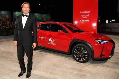 Brad Pitt, protagonista de la película 'Ad Astra', llegó a la alfombra roja acompañado del rojo intenso del Lexus UX 250h Híbrido.
