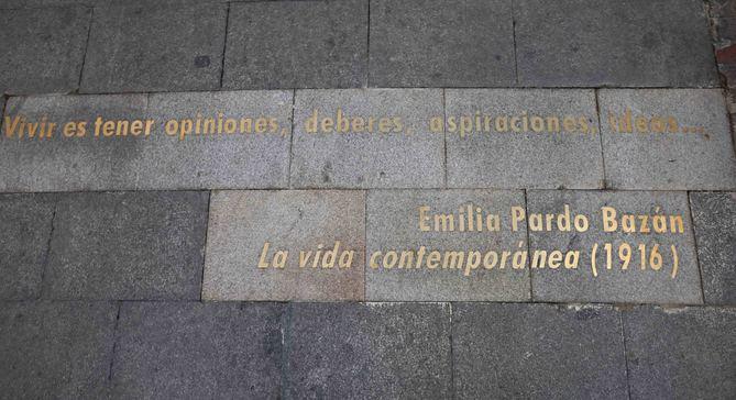La colocación de la frase en el pavimento precede a la instalación de un panel vertical informativo para divulgar entre los visitantes la vida y obra de Emilia Pardo Bazán.
