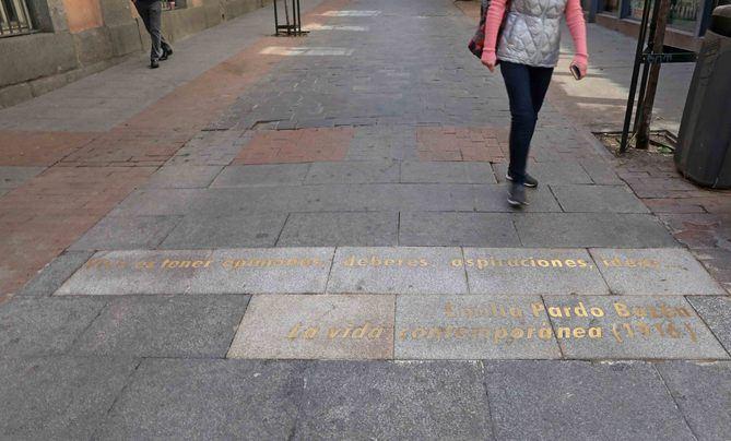 En la imagen, la frase de Emilia Pardo Bazán, en la calle de Huertas. El Área de Cultura del Ayuntamiento comparte esta iniciativa con los vecinos y vecinas del barrio de las Letras y sus asociaciones.