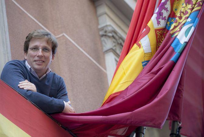 José Luis Martínez Almeida, en el balcón de la sede de Mayor, 71.