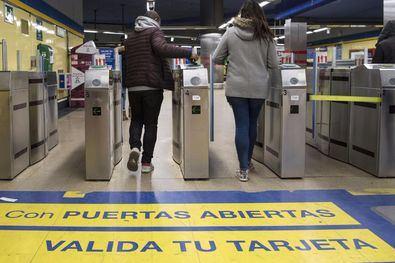 Tornos abiertos en el Metro El Capricho