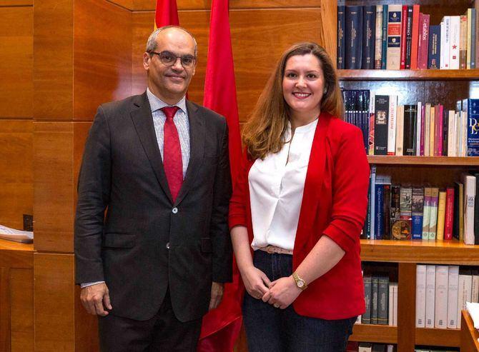 El consejero de Educación e Investigación, Rafael van Grieken, recibió a la premiada, María García-Saúco Hijano