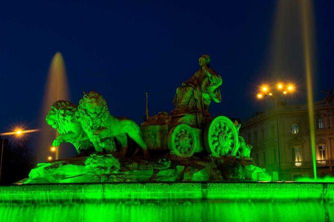 Imagen de la fuente de la Cibeles iluminada de verde.