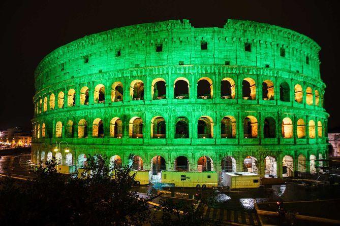 Foto del Coliseo romano  con la clásica iluminación del día de San Patricio.
