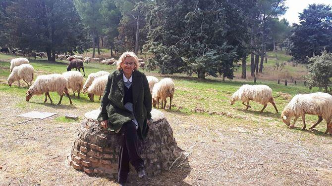 La alcaldesa visitó en la Casa de Campo al rebaño que pasta en sus praderas y a los responsables del mismo.