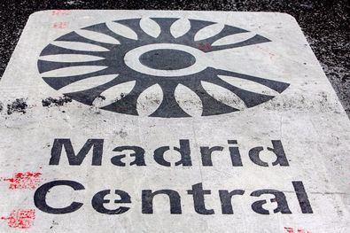 Madrid Central, al frente; Agenda 2030, al fondo