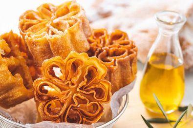 Las flores de sarten y los pestiños son dulces típicos madrileños de la época de Semana Santa.