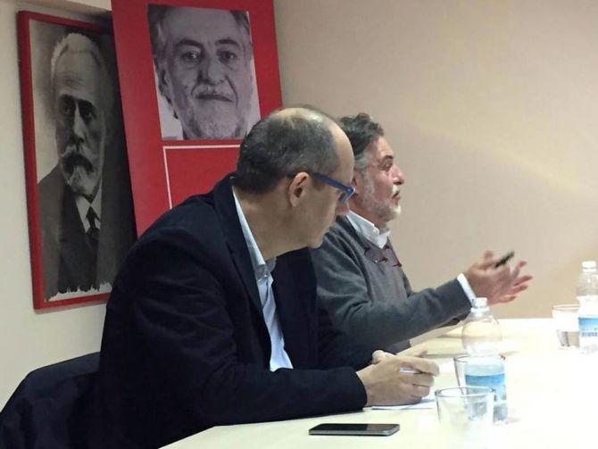 Pepu Hernández con Ramón Silva en la Agrupación Socialista de Hortaleza