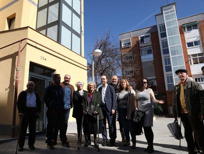 Foto de familia de la visita de la alcaldesa al distrito de Moratalaz.