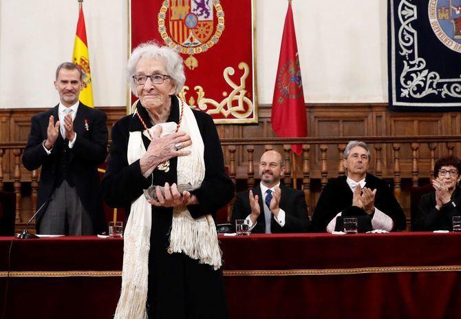 Ida Vitale, ovacionada tras recoger el premio.