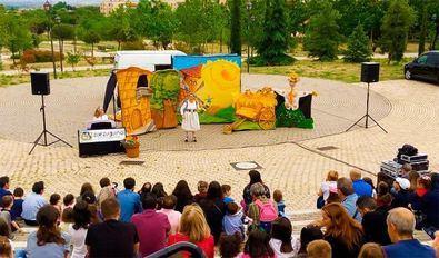 Espectáculo de guiñoles en el anfiteatro Lourdes y Mariano, en el parque cuña verde de Vicálvaro.