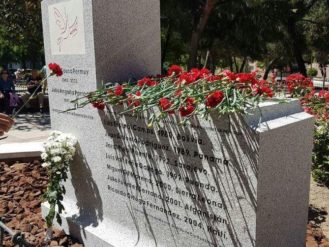 Monolito de granito gris en el que están inscritos los nombres de los periodistas asesinados.