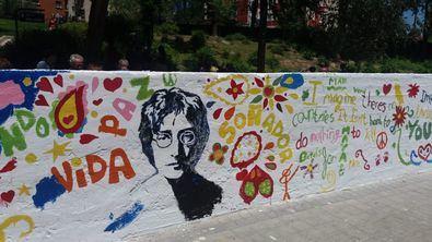El paseo de John Lennon ha recuperado su icónico mural gracias a los vecinos.