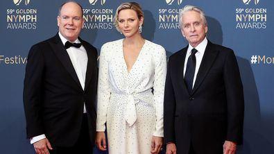 Alberto y Charlene de Mónaco junto a Michael Douglas.