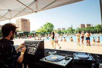 'Madrid suena': DJ's en una piscina de Santa Eugenia
