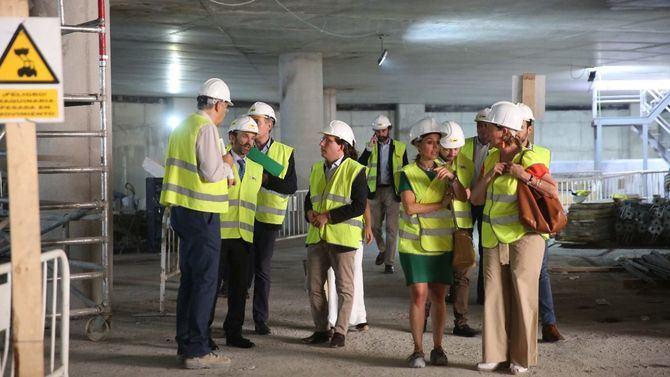 El alcalde de Madrid visitó las obras del futuro complejo de Canalejas, que podría abrir antes de navidades.