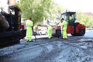 La operación asfalto pavimentará 72.000 metros cuadrados de la avenida de la Ilustración.