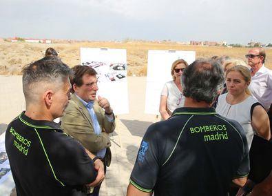 El alcalde conversa con unos efectivos de los Bomberos presentes en el acto.