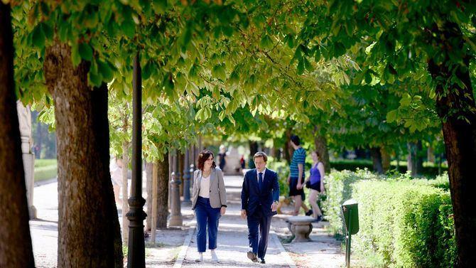 Isabel Díaz Ayuso y José Luis Martínez-Almeida mantuvieron un encuentro informal en el parque del Retiro.