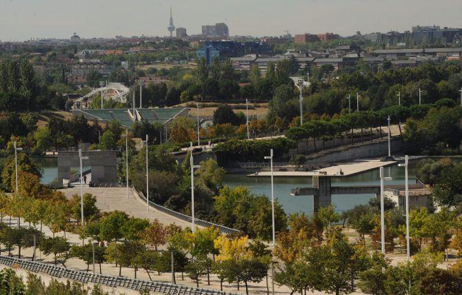 El estanque y la ría del parque Juan Carlos I ha sido cerrado al baño.